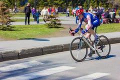 Mannathletenradfahrerfahrten auf das Rennrad Lizenzfreie Stockfotos