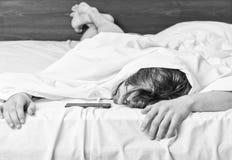 Mannaugen sind mit Entspannung geschlossen Ausdehnung nach morgens aufwachen Mann, der Morgen ausdehnt stockbilder