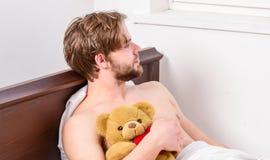 Mannaugen sind mit Entspannung geschlossen Netter junger Mann wacht auf, nachdem er morgens geschlafen hat Das Lächeln entspannen stockbilder