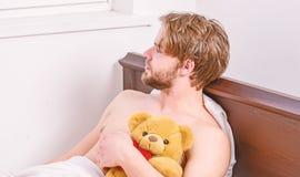 Mannaugen sind mit Entspannung geschlossen Netter junger Mann wacht auf, nachdem er morgens geschlafen hat Das L?cheln entspannen stockfotos