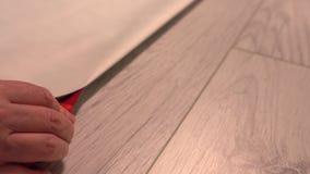 Mannausschnitt durch gefaltetes Papier mit einem Messer stock video footage