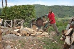 Mannausschnittbrennholz, bereitend für Winter vor Lizenzfreie Stockfotos
