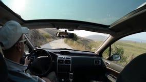 Mannautofahren auf Landstraße stock video