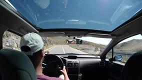 Mannautofahren auf Landstraße stock video footage