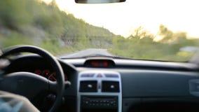 Mannautofahren auf Landstraße stock footage