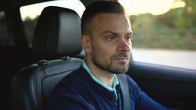 Mannautofahren, nach einer Parkmöglichkeit suchend stock footage