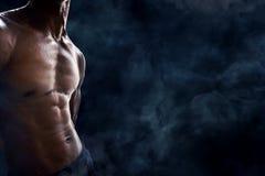 Mannbauchmuskeln stockbild