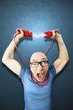 Mannbedarf energie, das rote elettric Drähte hält Lizenzfreies Stockbild