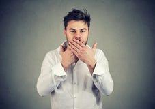 Mannbedeckungsmund in der Beschränkung zu sprechen lizenzfreies stockbild