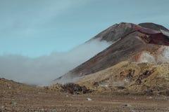 Mannbetrachtung Vulkan und Seen stockfoto