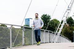 Mannbetrieb als Sport in der Stadt über Brücke Stockfotografie
