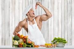 Mannbodybuilder auf Küche stockfotografie