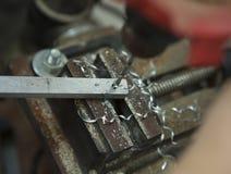 Mannbohrung in der Stahlplatte mit Tischbohrmaschine Nahaufnahme elektrisch lizenzfreie stockfotografie