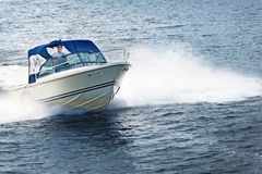 Mannbootfahrt auf See Stockbild