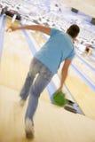 Mannbowlingspiel, hintere Ansicht (unscharfe Bewegung) Stockfotos