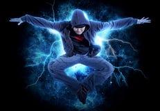MannBreakdance auf Stromlichthintergrund Lizenzfreies Stockbild