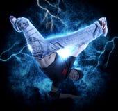 MannBreakdance auf Stromlichthintergrund Lizenzfreies Stockfoto
