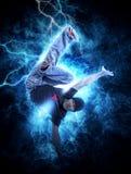 MannBreakdance auf Stromlichthintergrund Stockfoto