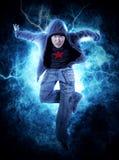 MannBreakdance auf Stromlichthintergrund Stockfotos