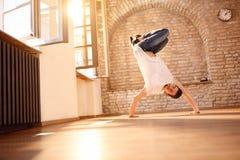 Mannbreakdancer, der Handstand auf Händen tut Lizenzfreies Stockbild