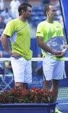 Manndoppeltläufer des US Open 2013 ups Alexander Peya von Österreich und Bruno Soares von Brasilien während der Trophäendarstellun Lizenzfreies Stockfoto