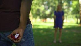 Mannederlagförlovningsring bakom, klart att föreslå och att oroa om svar arkivfilmer