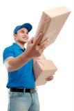 Manneilbote mit Paketen Lizenzfreie Stockbilder