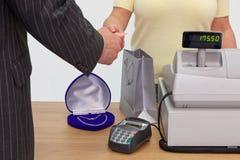 Manneinkaufen für Geschenk Lizenzfreie Stockfotografie