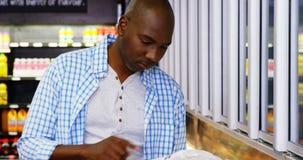 Manneinkaufen im Lebensmittelgeschäftabschnitt