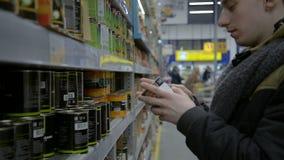 Manneinkaufen im Lebensmittelgeschäftabschnitt des Supermarktes stock video