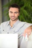 Manneinkaufen Online Lizenzfreie Stockfotos