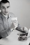 Manneinkaufen unter Verwendung der Kreditkarte und des Laptops stockfotografie