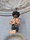 Manneken Pis a attribué un nouveau costume Photo libre de droits