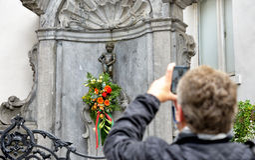 Manneken Pis de Bruxelas com flores Imagens de Stock