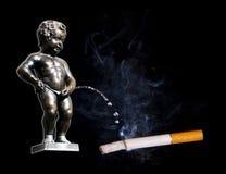 Manneken Pis faisant pipi à la cigarette images libres de droits