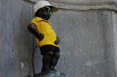 Manneken Pis gekleed in één van costium stock foto