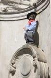 Manneken Pis med basker Royaltyfria Bilder