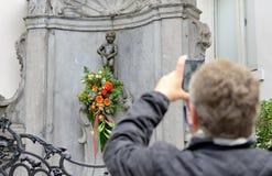Manneken Pis mit Blumen bereitete sich für eine Zeremonie des Preises des Kostüms vor Stockbild