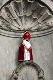 Manneken Pis in Sinterklaas-kleren - Brussel - Belgie Stock Afbeeldingen