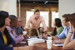 Mannelijk Chef- Addressing Office Workers op Vergadering stock afbeelding