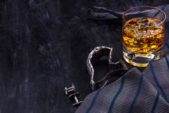 Mannelijk concept voor vader\ 's dag Band, horloges, cufflinks en een glas whisky met ijs royalty-vrije stock foto's