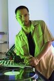 Mannelijk DJ dat op draaischijf leunt. royalty-vrije stock foto