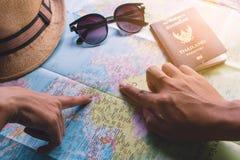 Mannelijk en vrouwelijk reizigersplan royalty-vrije stock afbeelding