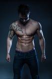 Mannelijk geschiktheidsmodel met de tatoegering Stock Afbeelding