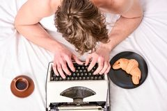 Mannelijk handentype verhaal of rapport die uitstekend schrijfmachinemateriaal met behulp van Het schrijven routine Geen dag zond royalty-vrije stock foto