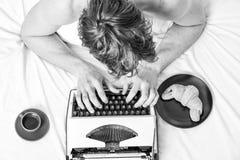 Mannelijk handentype verhaal of rapport die uitstekend schrijfmachinemateriaal met behulp van Het schrijven routine Geen dag zond royalty-vrije stock afbeelding