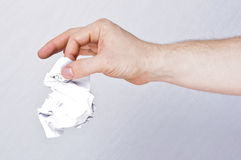Mannelijk handholding verfrommeld document Stock Foto's