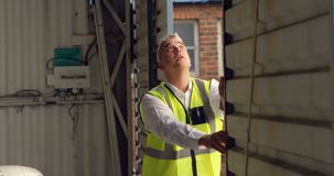 Mannelijk ingenieur het openen blind van hangaar 4k stock video