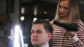 Mannelijk kapsel in salon Mensenhaar het drogen in kapperswinkel Kapper het stileren haar met droger Beëindig het kappen Geïsolee stock videobeelden