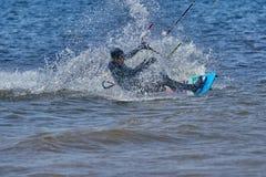 Mannelijk kiteboarder berijdt op een raad op een grote rivier Royalty-vrije Stock Foto